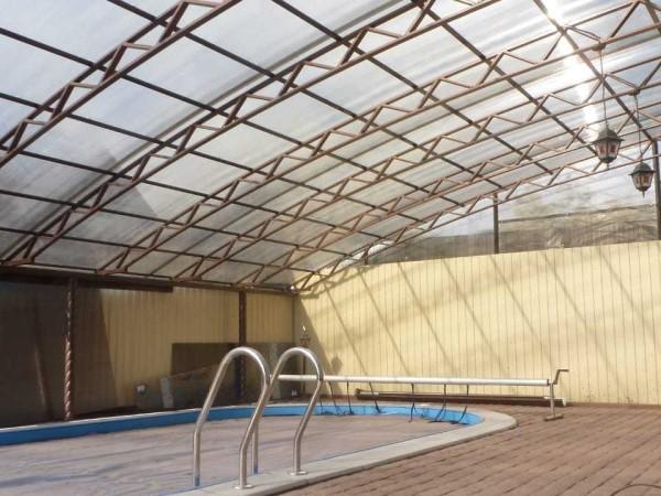 Навес для бассейна во дворе частного дома